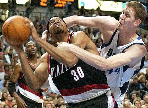 Shawn Bradley fighting Rasheed Wallace
