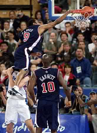 Vince Carter Dunks on Frederic Weis