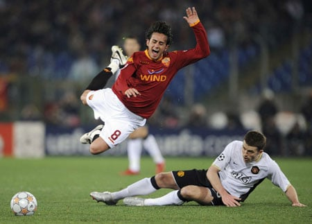 Manchester United AS Roma Tackle