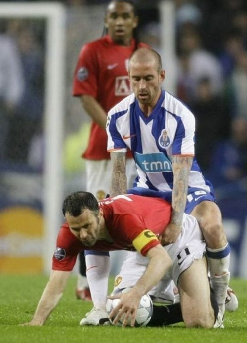 Raul Meireles Ryan Giggs Doggy style e1295278400983 15 Of the Funniest Soccer Pictures Ever
