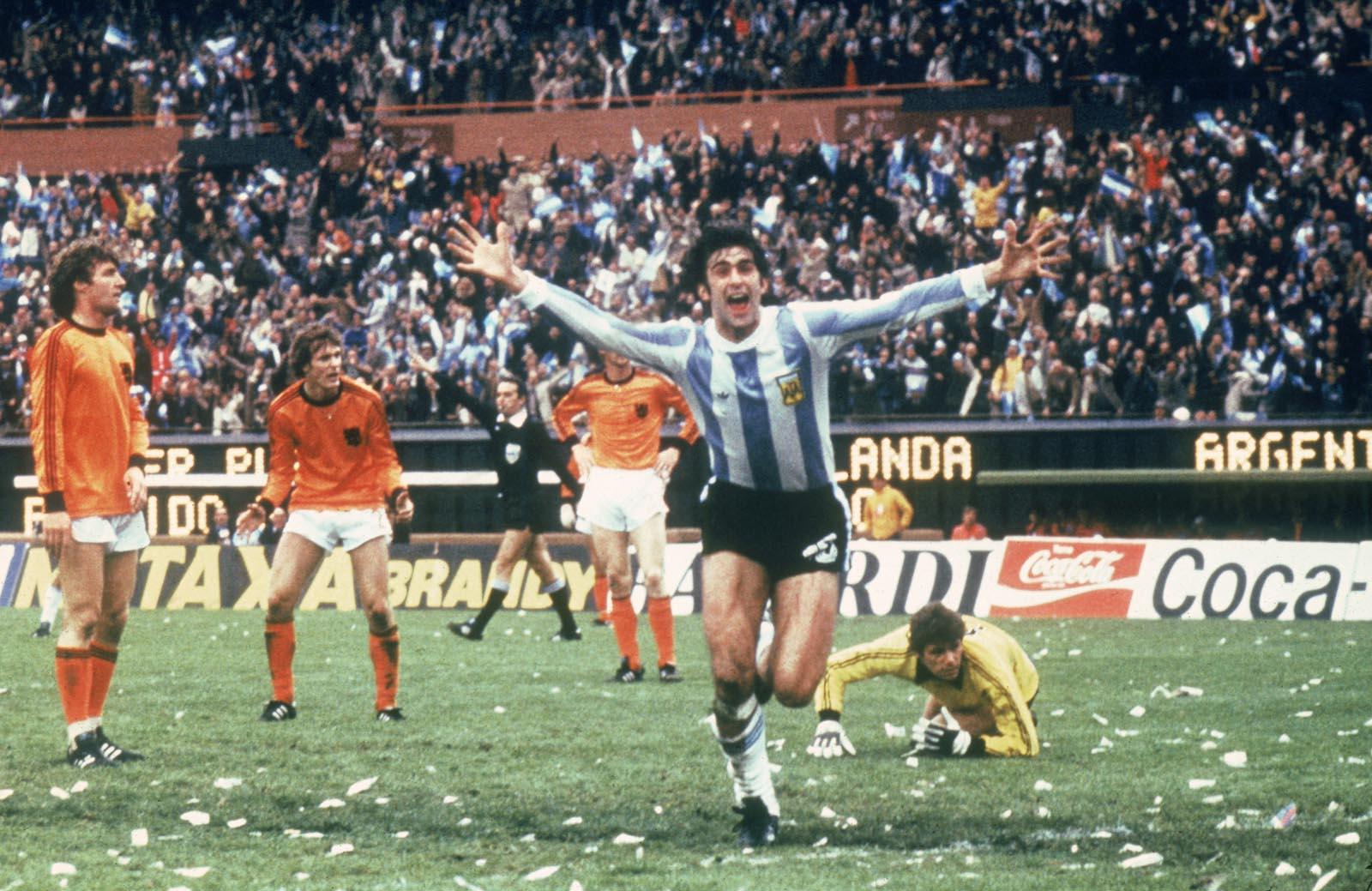 Mario Kempes golü kutluyor