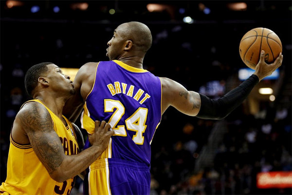 Kobe Bryant3 Los Angeles Lakers   Kobe Bryant Keeps Playing Alone
