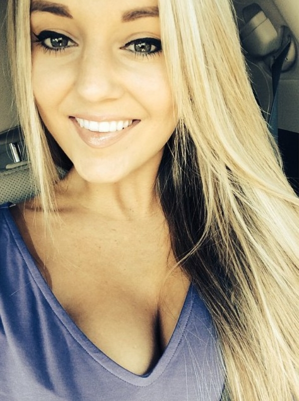 31 Hot & Sexy Girls Taking a Perfect Selfie