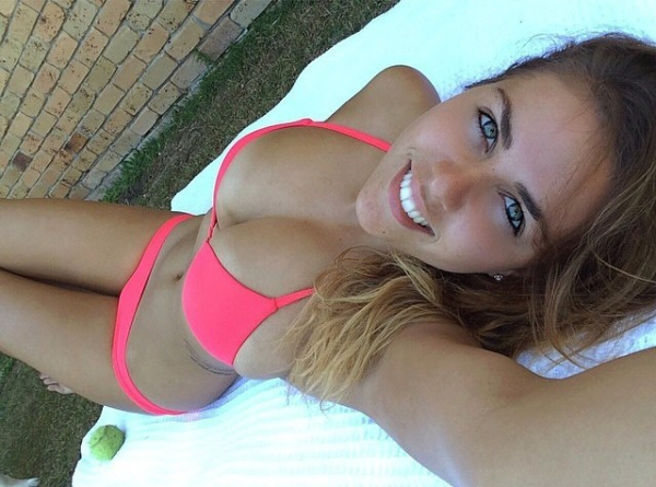 31 Hot Sexy Girls Taking A Perfect Selfie