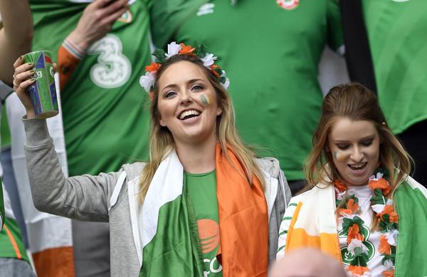 Irish fans drinking