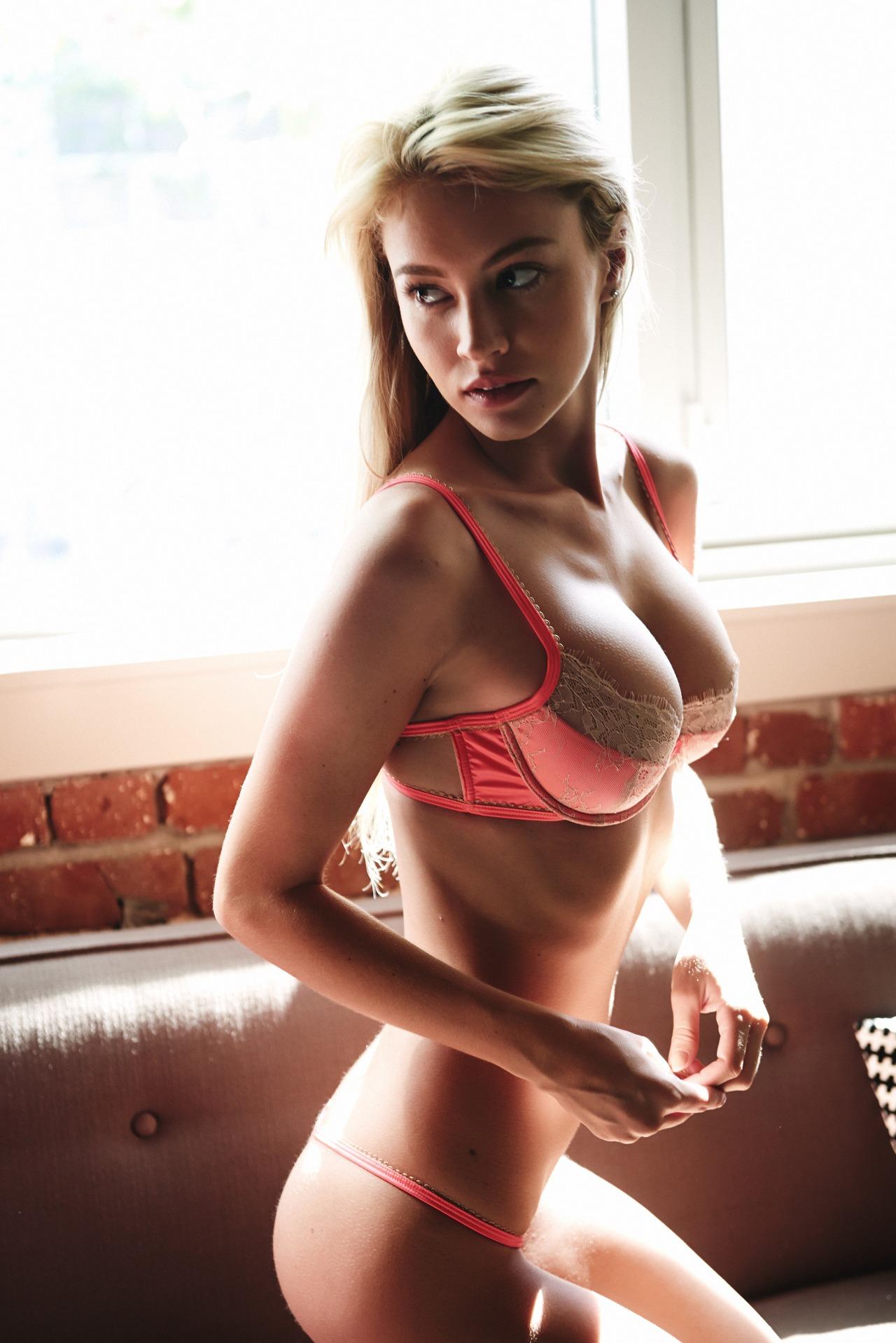 Elizabeth Turner Sideboob